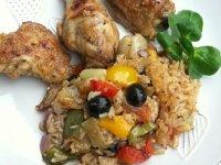 Mediterrán csirkecombok zöldséges rizs ágyon