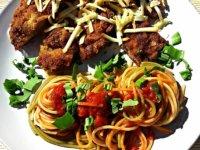 Medvehagymás rántott tarja trikolor spagettivel